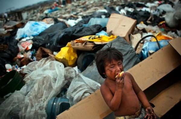 niño-comiendo-basura